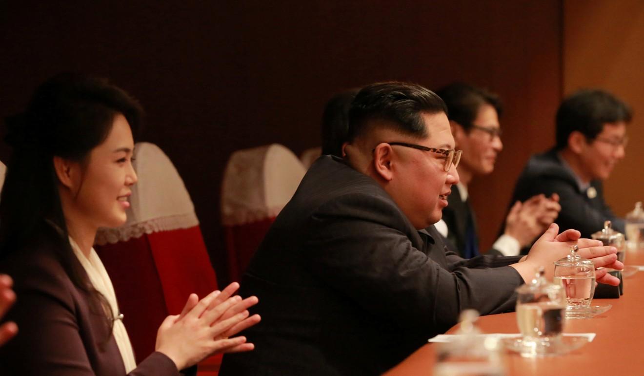 Kim Jong-un aplaudă și zâmbește. Ce se întâmplă oare?