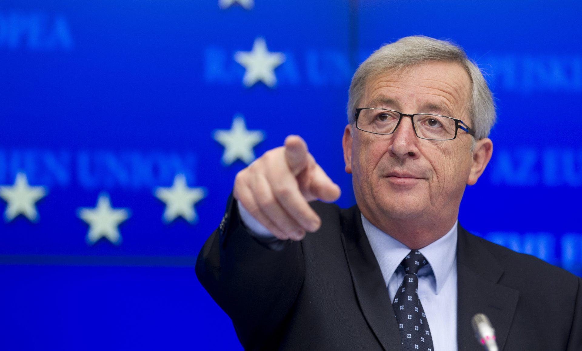 Viralul zilei: Juncker, sprijinit de alți lideri în timpul summit-ului NATO