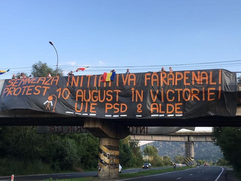 Viralul zilei: banner cu mesaj anti-PSD, pus pe o pasarelă de pe DN1