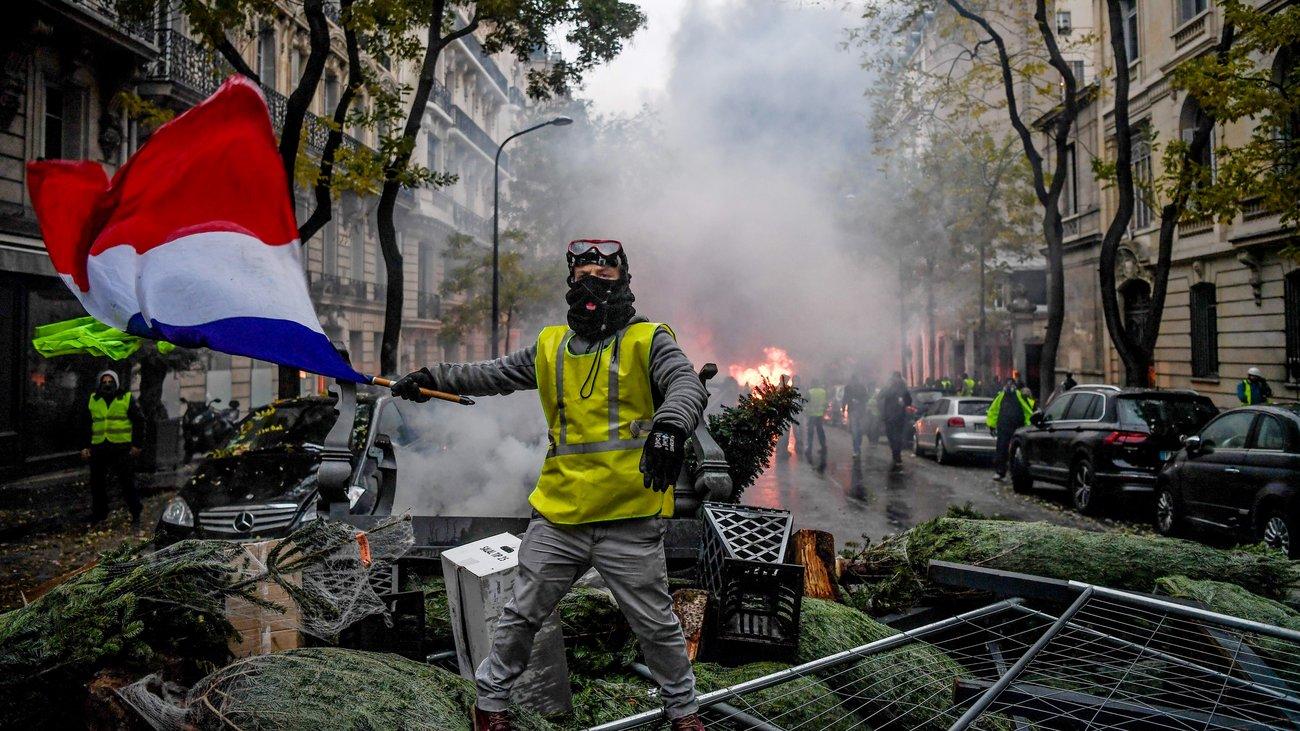 De ce promovează Rusia teoria conspirației și acuză Statele Unite de finanțarea protestului din Franța