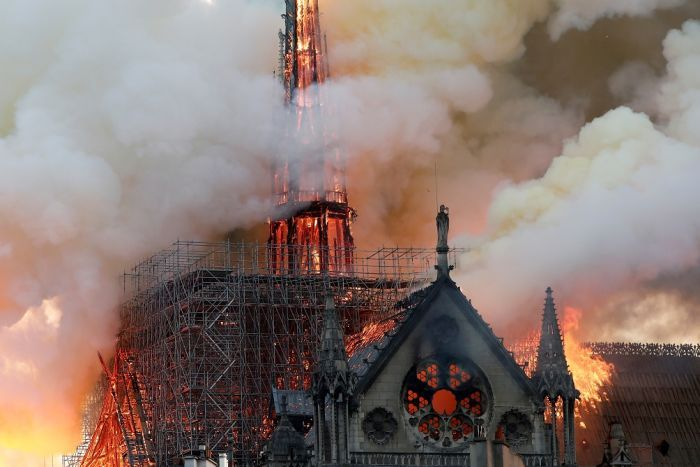 Fake News cu iz conspiraționist, promovat de un fost senator român: Legătura dintre Macron și incendiul de la Notre-Dame