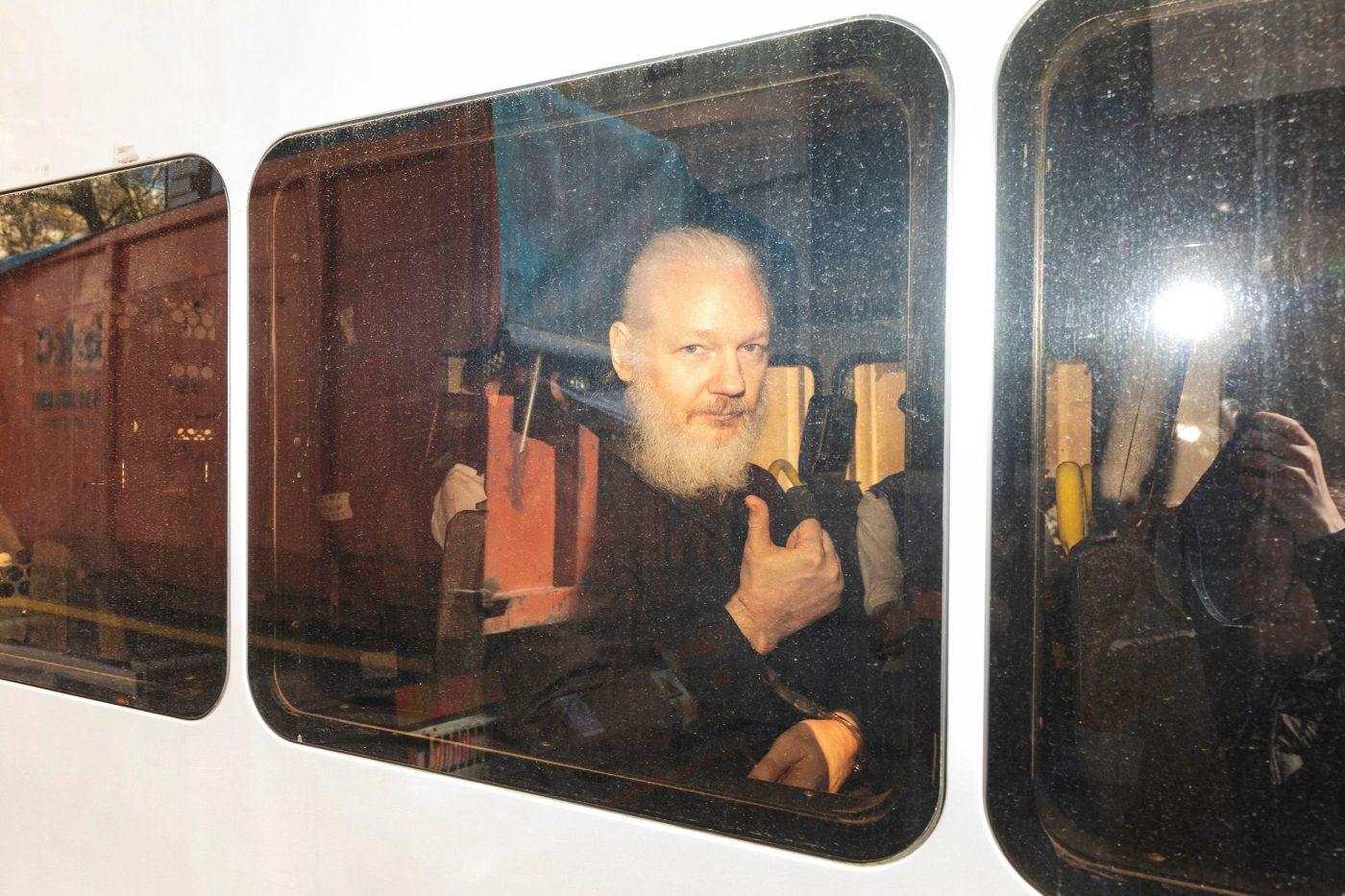 Fețele lui Assange. Un scandal cu dus și-ntors, pe scurt