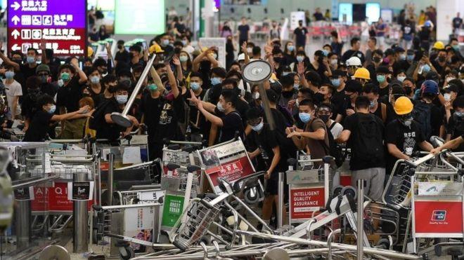 China a încercarcat să lupte cu protestele din Hong Kong prin dezinformare. Nu i-a reușit
