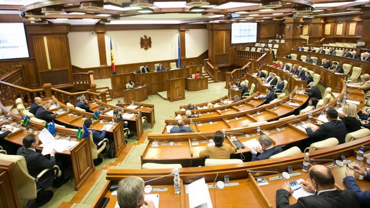 """""""Pâine și circ"""" în Parlamentul României. Scandalul politicienilor, sub lupa presei din online"""