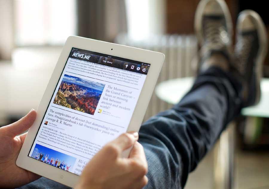 La ce folosesc tinerii români internetul: peste 44% dintre studenții și elevii de peste 16 ani citesc presa online