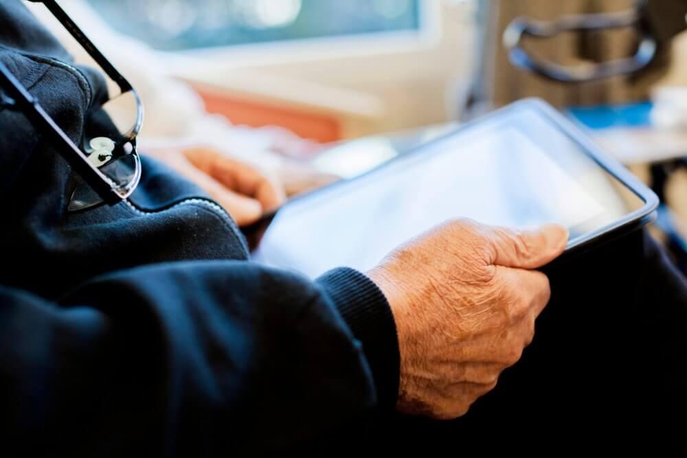 Cum se încearcă educarea cetățenilor seniori în observarea fenomenului fake news