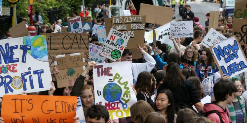Studiu: Adolescenții folosesc social media și pentru a-și exprima susținerea față de o idee politică