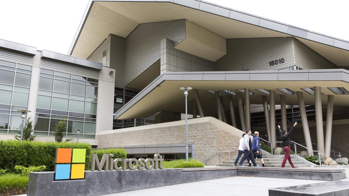 Facebook, Amazon și Microsoft își sfătuiesc angajații să lucreaze de acasă