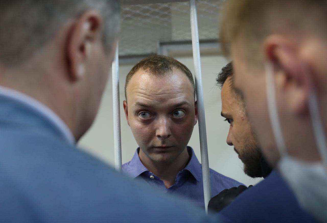 Un fost jurnalist rus a fost pus sub acuzare pentru trădare. Alți ziariști, arestați pentru că manifestau în favoarea sa