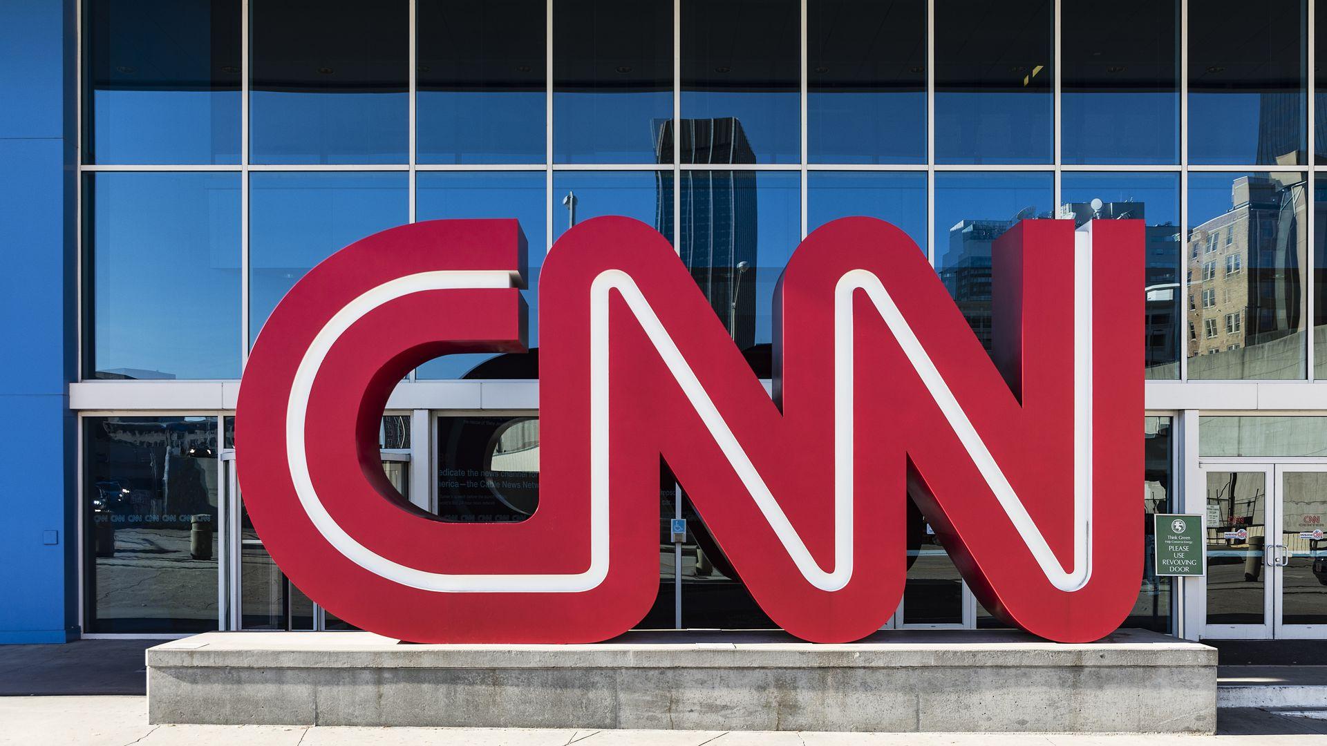 """Transmisia live a unui reporter CNN, întreruptă de o femeie cu o pancartă pe care scria """"Fake News"""""""