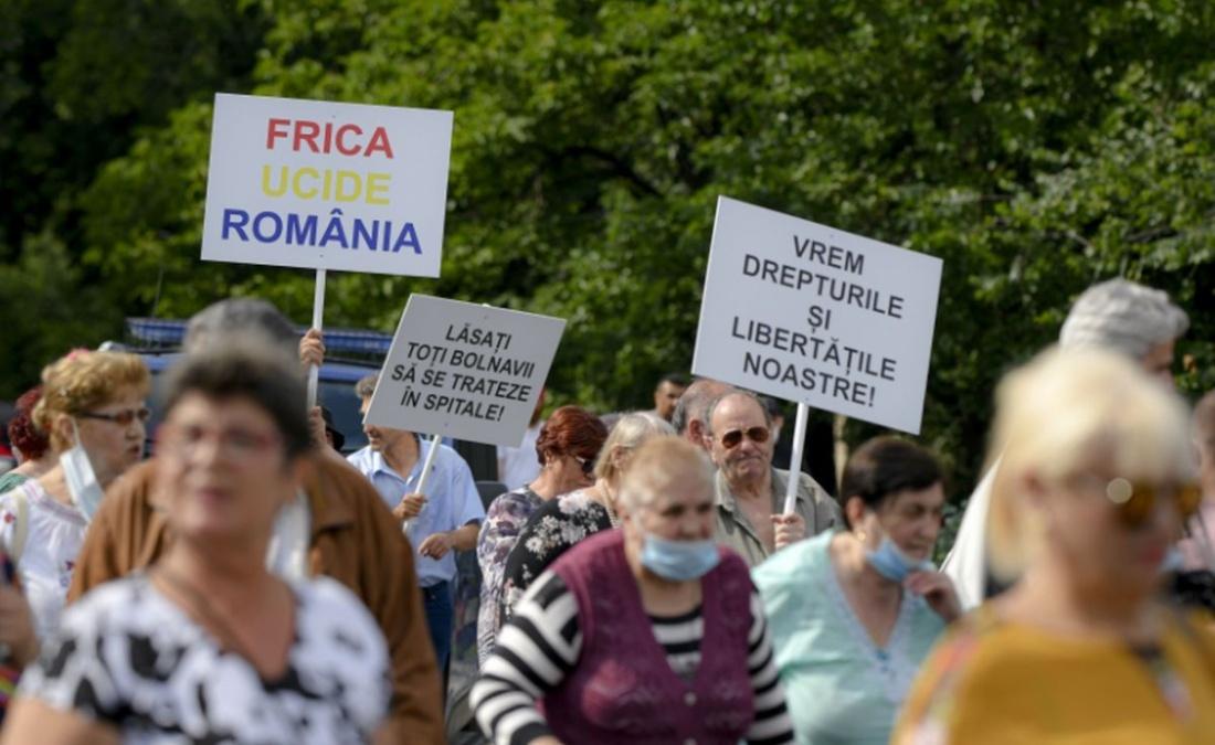 """Protestul """"anti-COVID"""" din Piața Victoriei ne arată că tot mai mulți oameni cred în teorii conspiraționiste"""