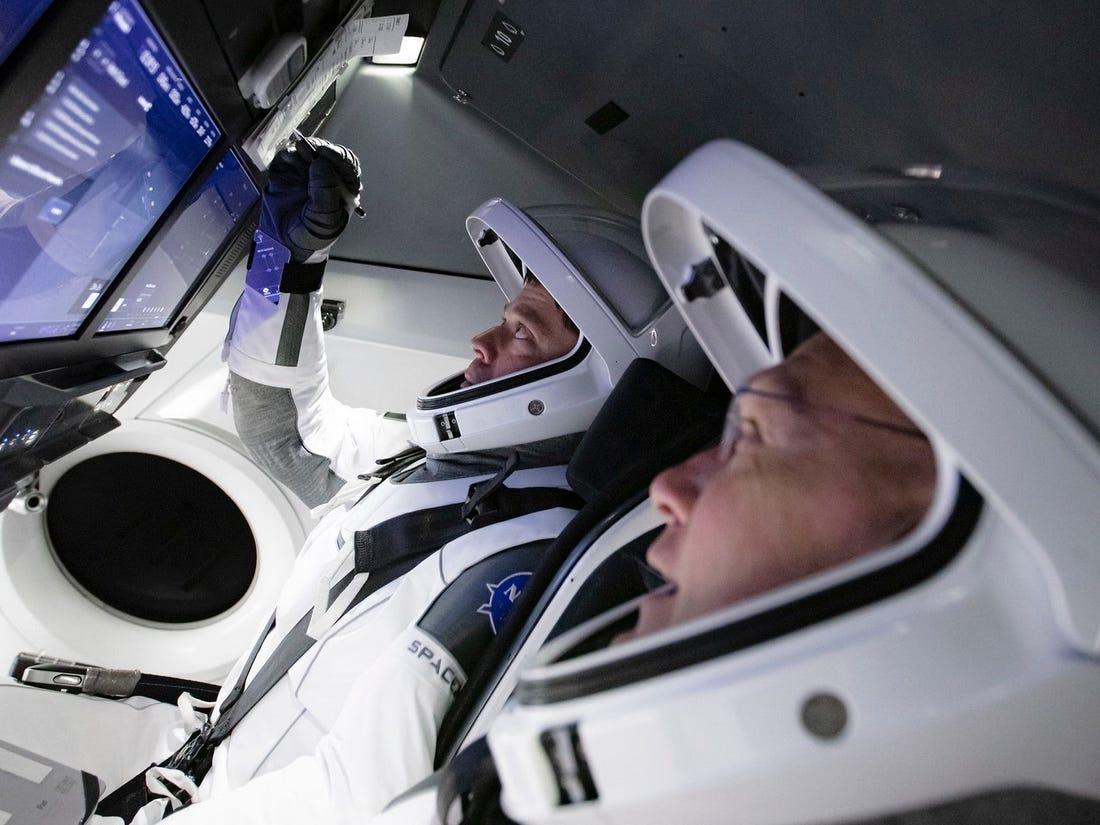 Editiadedimineata: Capsula Crew Dragon a revenit cu succes pe Terra. Zbor istoric pentru SpaceX