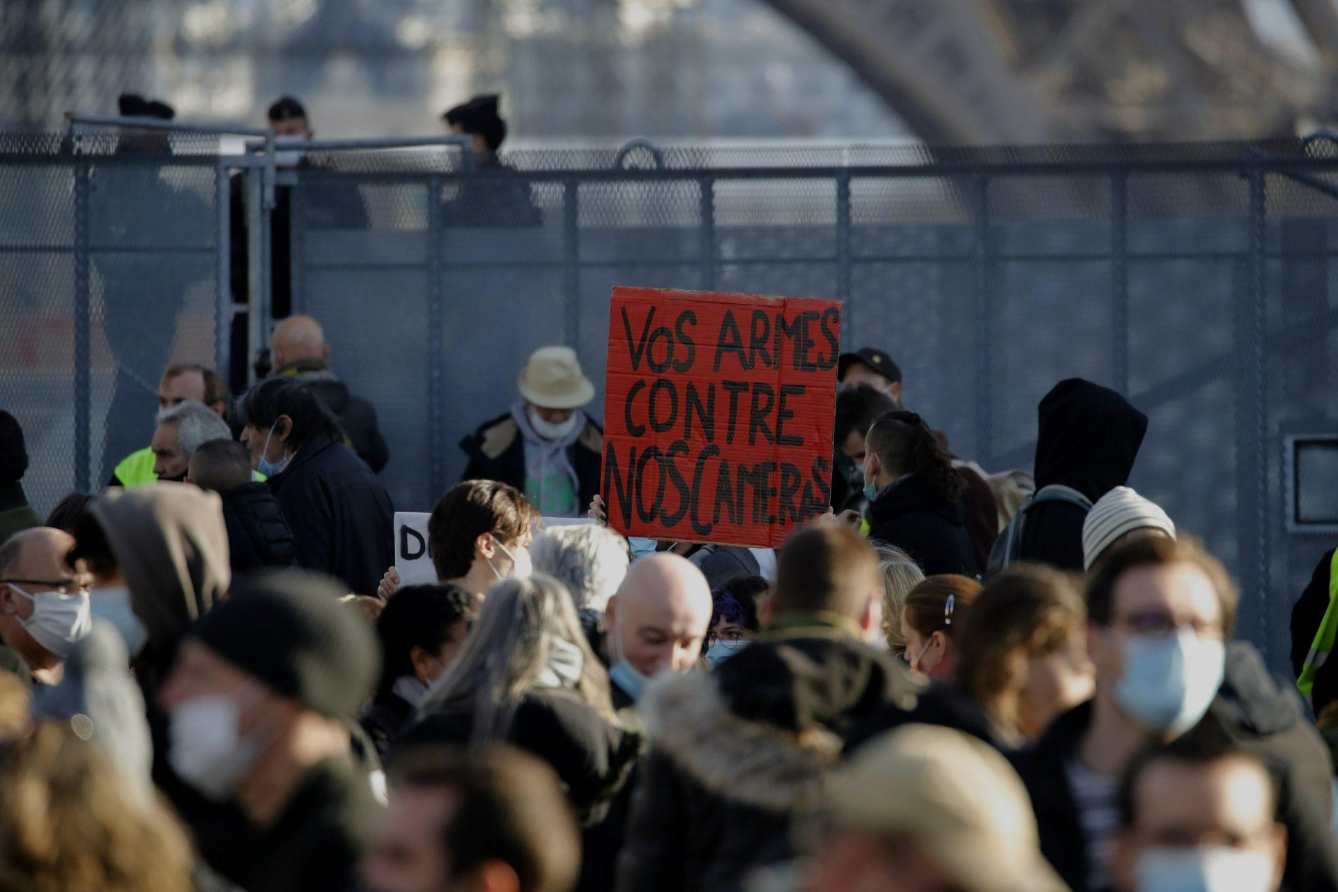 Difuzarea imaginilor cu polițiști ar putea deveni ilegală în Franța. Proiectul de lege, denunțat de jurnaliști