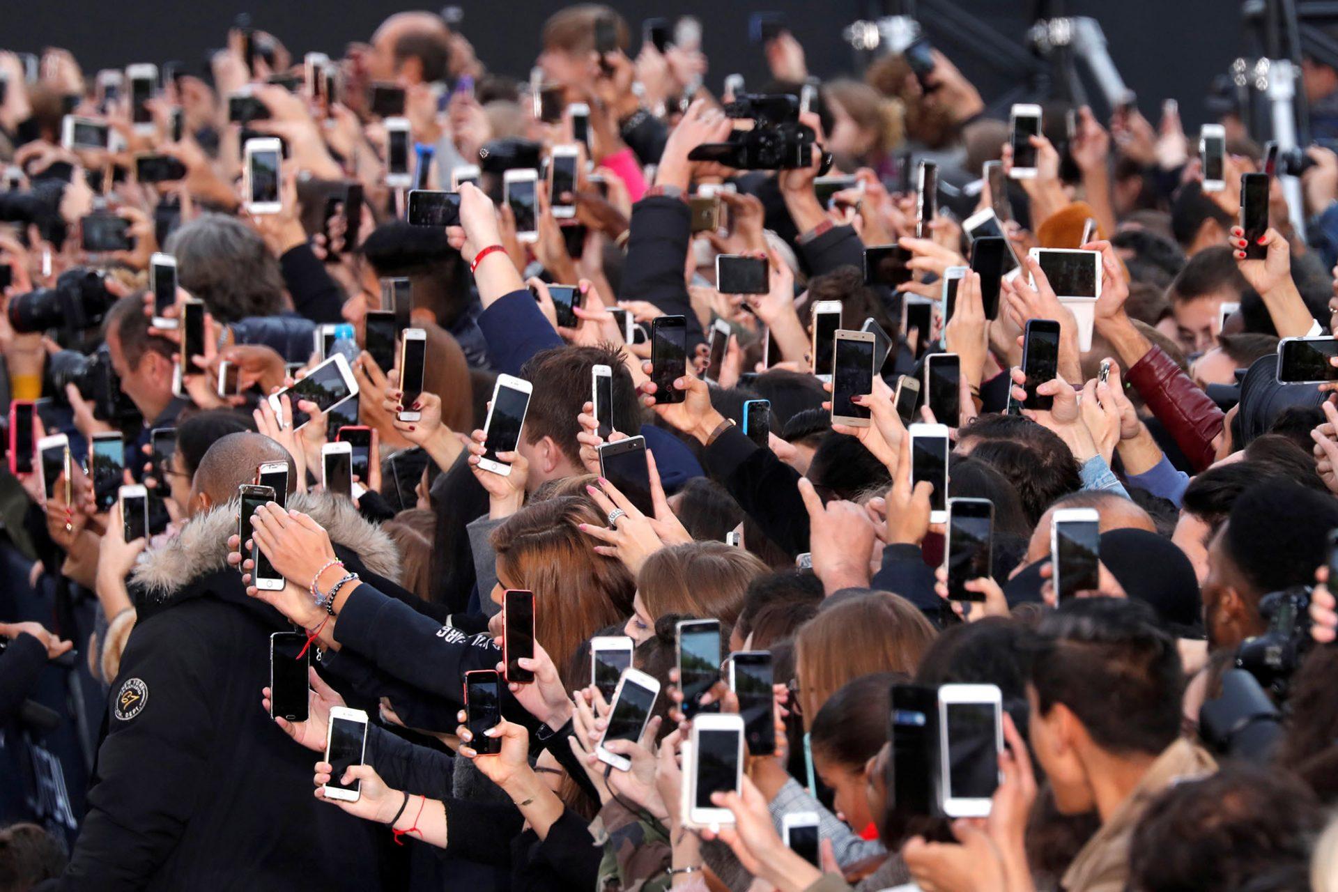 Statul pe social media, activitatea preferată pe internet a românilor. Consumul de presă e (destul de) popular