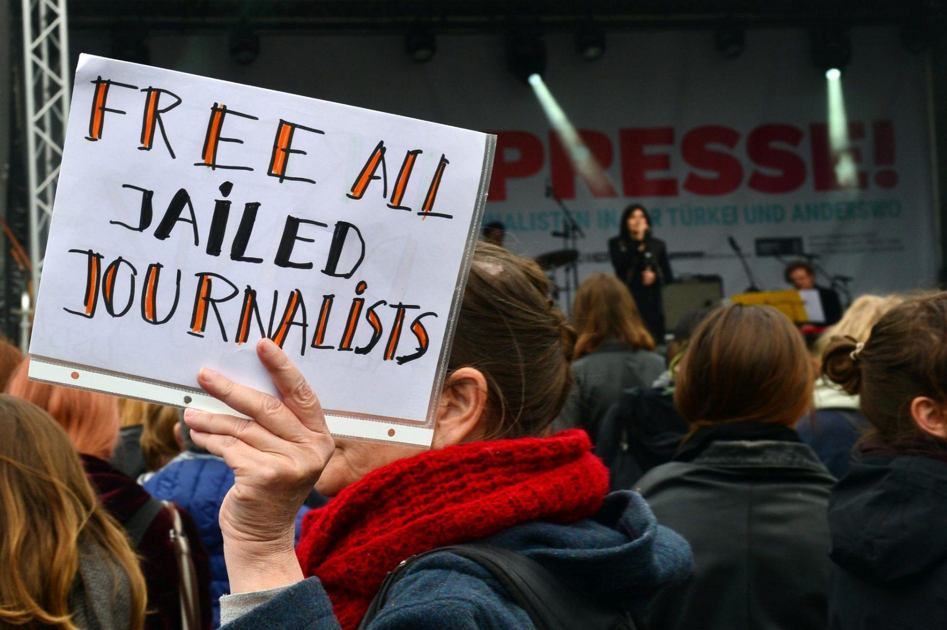 Peste 300 de jurnalişti au fost reţinuţi în 2020. Comportamentul abuziv asupra femeilor jurnaliste, mai mare cu 35%