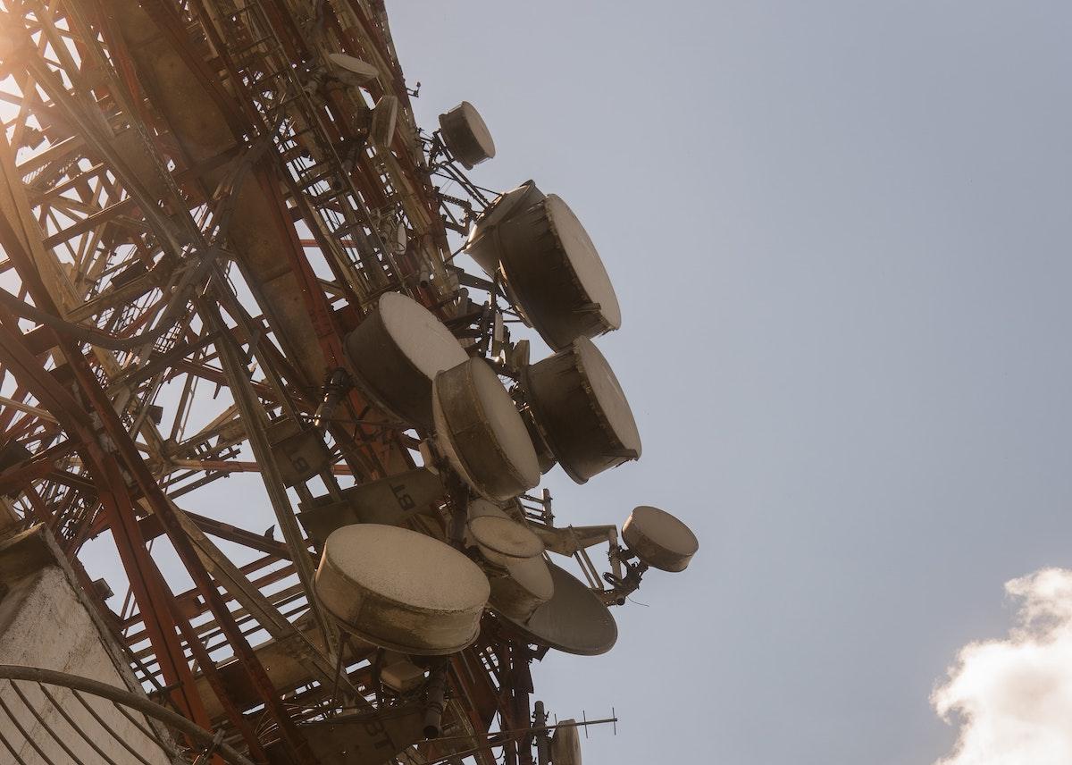 Extinderea telefoniei mobile în bandă largă duce la scăderea încrederii în guverne
