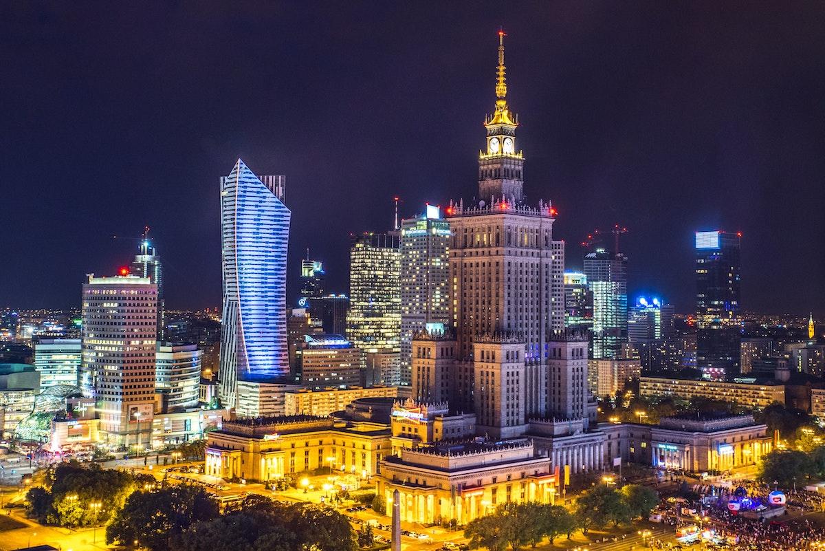 O rafinărie din Polonia cumpără un grup local media și astfel amenință democrația din țară
