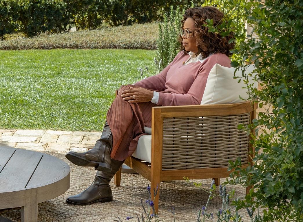 QAnon crede că Oprah purta o brățară de urmărire în interviul cu Meghan Markle