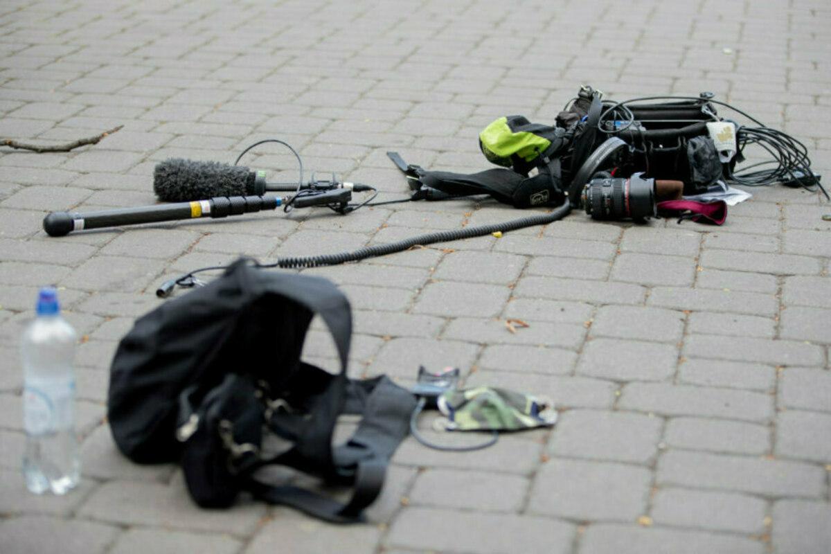 Atacurile asupra jurnaliștilor francezi se întețesc. Un fotoreporter se află în comă, după ce a fost bătut în plină zi