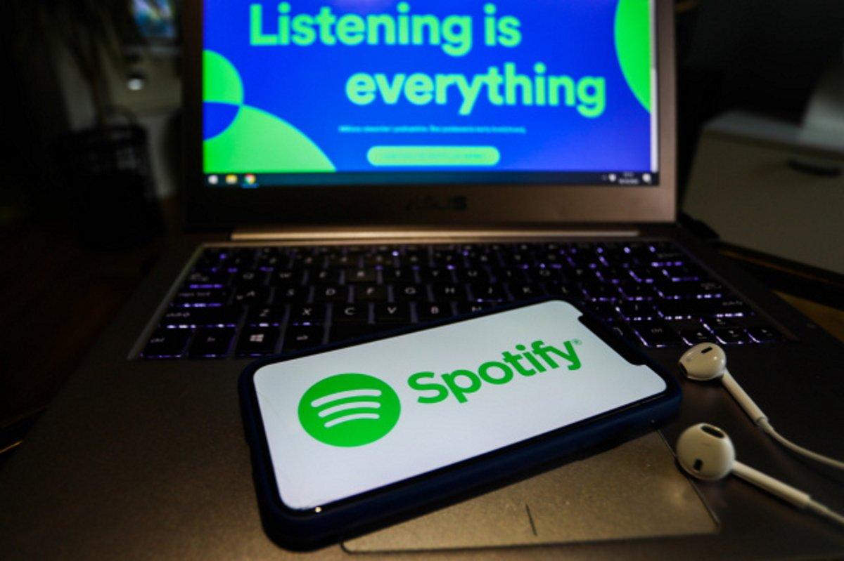Spotify. Funcția Enhance folosește altgoritmi pentru a-ți face recomandări