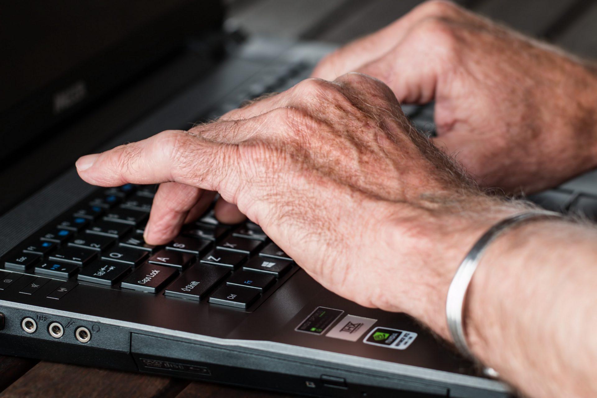 Bunicii noștri utilizează internetul mai mult decât cei din Bulgaria, Croația sau Portugalia