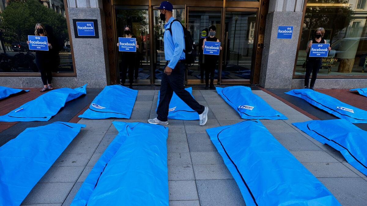 """Protest în fața sediului Facebook din Washington, cu saci de cadavre: """"Dezinformarea ucide"""""""