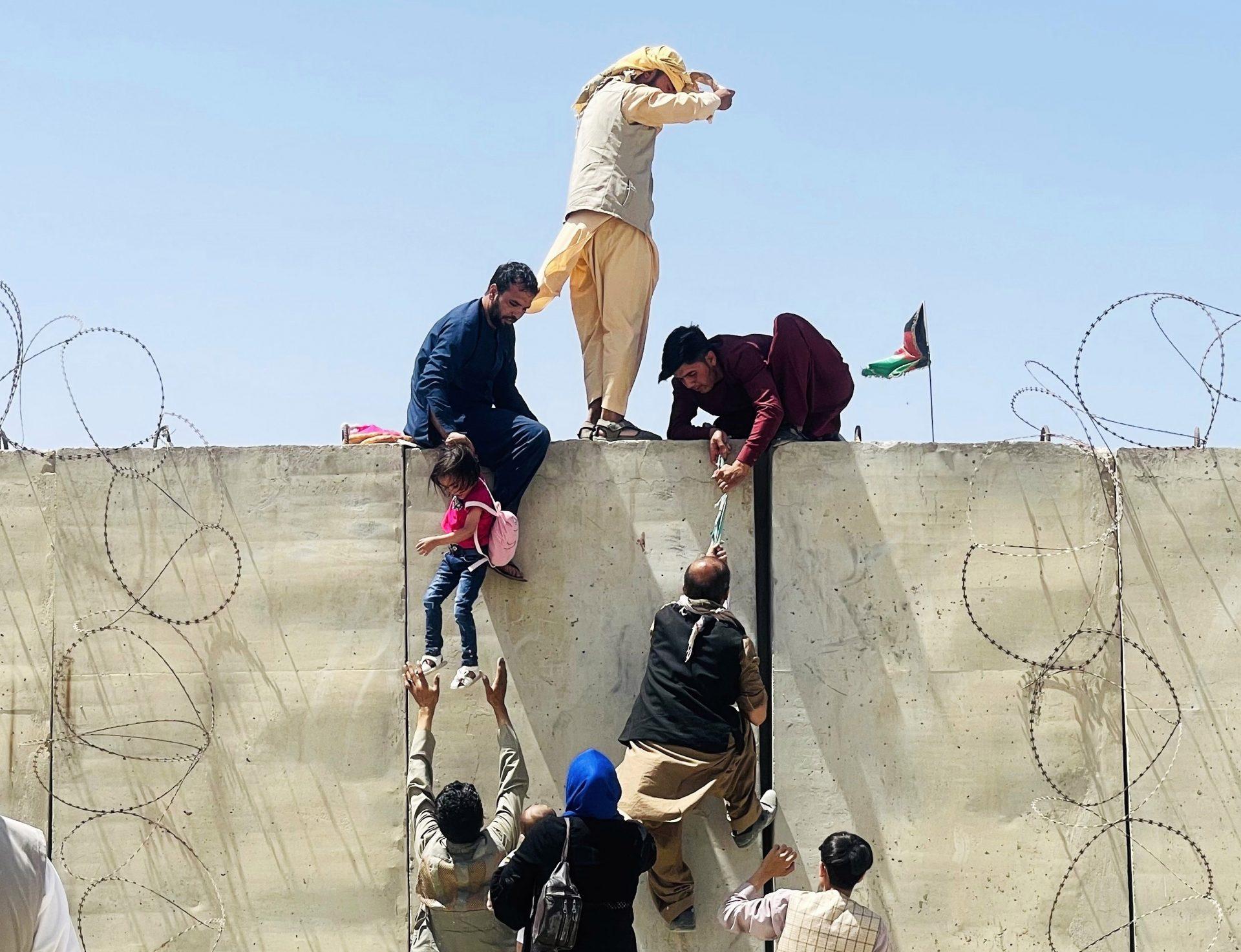 Cum arată propaganda talibanilor. Noul regim se folosește de jurnaliste ca să afișeze o imagine moderată