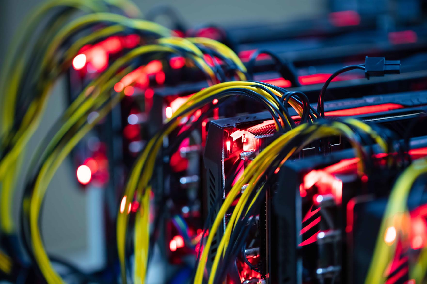 În fosta fabrică de geamuri din Buzău se minează Bitcoin. În SUA, se cumpără vechi centrale electrice în același scop