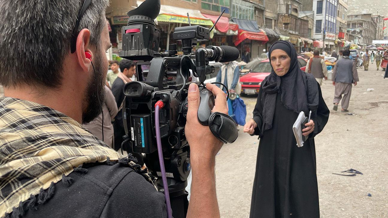 """Talibanii au agresat echipa CNN. Clarissa Ward: """"Am transmis din tot soiul de situații nebune, dar de data asta vorbim de haos!"""""""