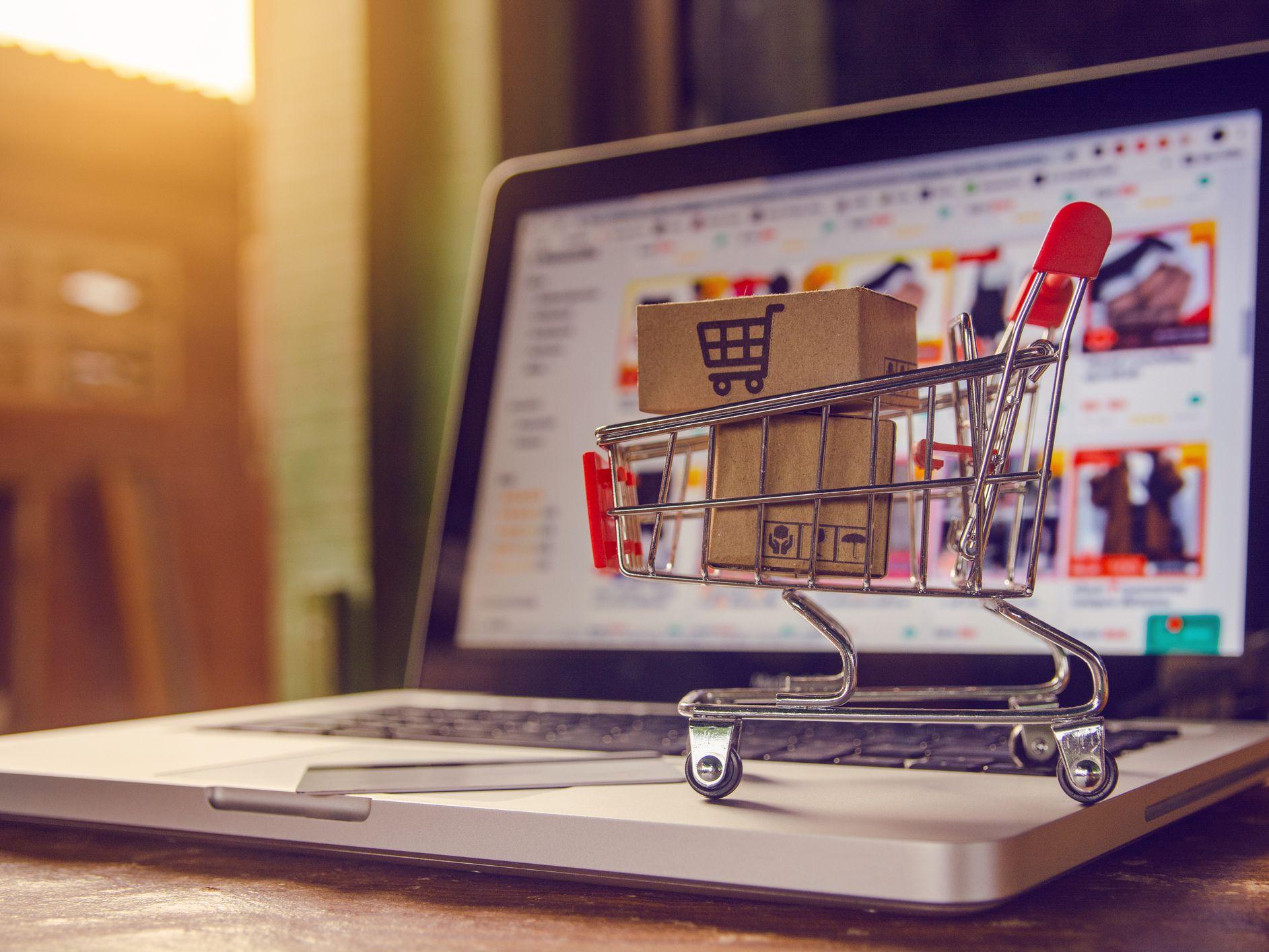 Studiu: 9% dintre români cumpără online de mai multe ori pe zi